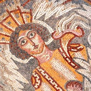JO.Madaba_Mosaik Der Blick auf Natursteinfliesenmosaiken mit Gesicht der mythischen Göttin und Blumenornamenten in der Stadt Madaba, Jordanien.