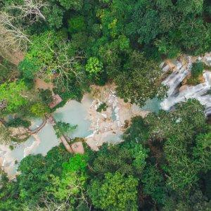 Laos.Kuang_Si_Wasserfall_Luftaufnahme Idyllische Luftaufnahme des Kuang-Si-Wasserfalls