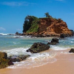 """LK.Mirissa_parrot_rock Ein kleiner Fels inmitten des Ozeans vorMirissa, der sogenannte """"Parrot Rock"""""""