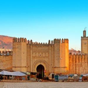 MA.Fes Hohe Stadtmauern und Eingangstor zur Stadt Fés in Marokko