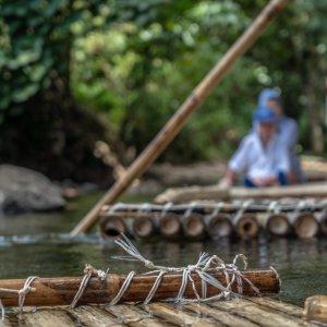 TH.AR.Khao Lak Nationalpark Nahaufnahme eines Floßes mit Personen