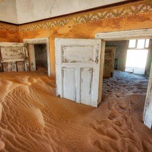 NA.POI.Kolmanskop 3 Ein Gebäude voll mit Sand