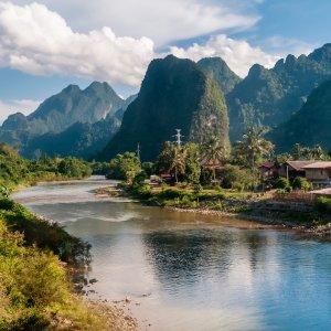 LA.Vang_Vieng_Header Der Blick auf den Nam Song River umgeben von der mit Feldern und Kalksteinformationen geprägten Landschaft in Vang Vieng, Laos.