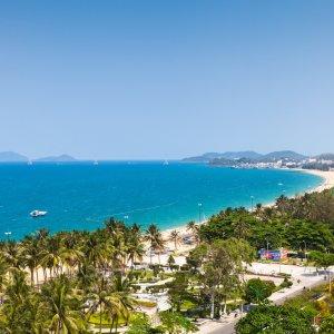 VN.Nha_Trang_Beach Der Blick auf den von Palmen übersäten Strand von Nha Trang.