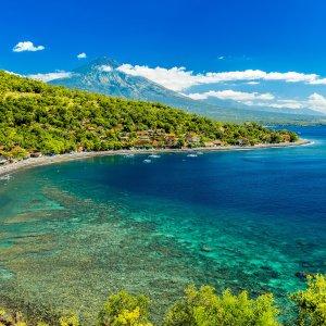 Bali.Amed Strand mit türkisblauem Wasser und grüner Vegetation in Amed, Bali