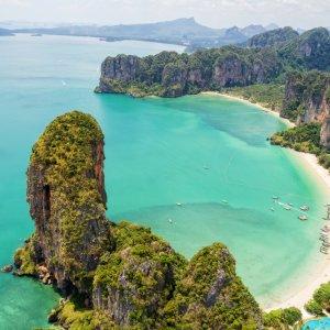TH.AR.Krabi Ein Strandabschnitt aus Vogelperspektive
