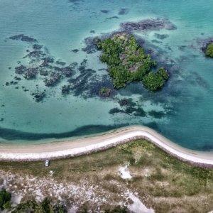 MA.Mauritius.Landschaft Luftaufnahme von der Küste und kleinen Inselflächen bei Bras D'eau an der Ostküste von Mauritius