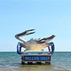 KH.Kep_Welcome_To_Kep_Statue Der Blick auf die Krabbe als Begrüßungsstatue im Meer von Kep, Kambodscha.