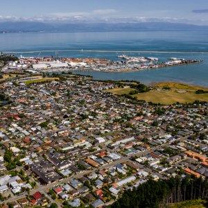 NZ.Nelson Der Blick von oben auf die Stadt Nelson.