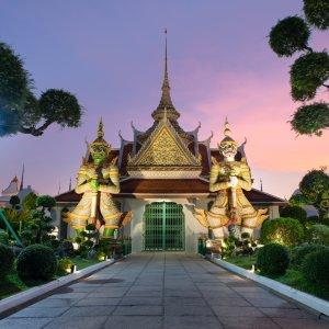 """Das Eingangsportal zur Ordinationshalle """"Ubosot"""" im Tempel Wat Arun in Bangkok"""