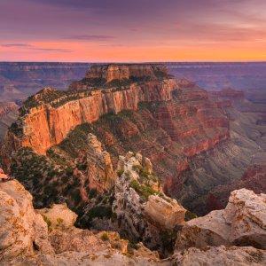 Zwei Personen, die bei Sonnenuntergang die Aussicht im Nationalpark genießen