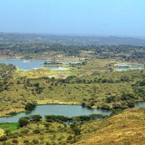 TZ.Arusha-Nationalpark_Seen Draufsicht auf einen Salzsee mit Flamingos im Arusha-Nationalpark in Tansania