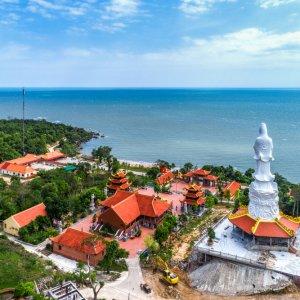 VN.Phu_Quoc_Ho_Quoc_Pagode Der Blick vom Land in Richtung Meer auf einen Tempel.