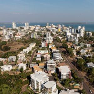 AU.Darwin_Arieal_View Ein Luftbild von Darwin mit dem zentralen Geschäftsviertel und den nahegelegenen Vororten.