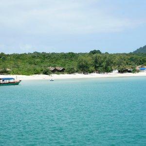 KH.Koh_Rong_Samloem Der Blick vom Meer auf den Strand und die Insel Koh Rong Samloem.