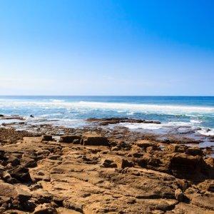 ZA.iSimangaliso.Felsstrand Blick auf das blaue Meer