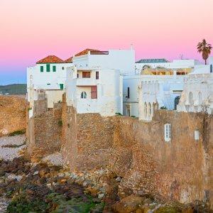 MA.Asilah rosafarbener Sonnenuntergang vor der Küste Asilah, Marokko