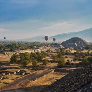 MX.POI.Sonnenpyramide von Teotihuacán 5 Blick auf die Ruinenstätte mit Heißluftballons