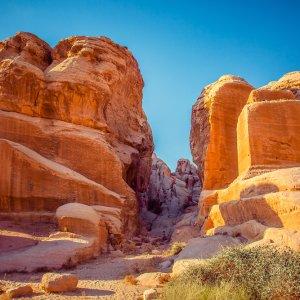JO.Wadi_Rum_Trail Der Blick auf die Felsformationen in der Wüstenlandschaft Wadi Rum, Jordanien.