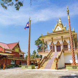 KH.Sihanoukville_Wat_Leu_Temple Der Blick auf den bunten Wat Leu Temple in Sihanoukville, Kambodscha.