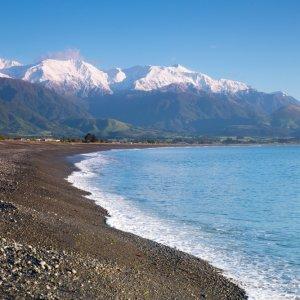 NZ.Kaikoura_Seaward_Kaikoura_Range Der Blick von der Küste auf die teils mit Schnee bedeckten Seaward Kaikoura Range.