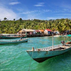 KH.Kep_Header Der Blick auf Fischerboote am Strand von Kep, Kambodscha.