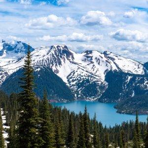 CA.Whistler Tal türkiser See im Tal umringt von schneebedeckten und Tannen bewachsenen Bergen, Whistler