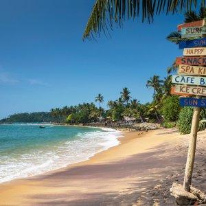 LK.Mirissa Farbenfrohe Holzschilder am Strand von Mirissa in Sri Lanka