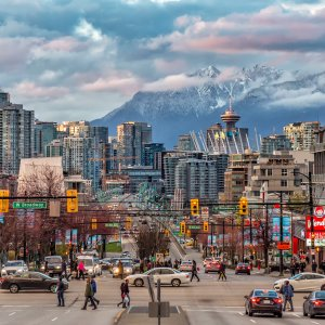 CA.Vancouver.Straßen Belebte Straßen und Verkehr in der Stadt Vancouver in Kanada