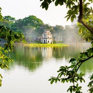 VN.Hanoi_Hoan_Kiem_See_Turtle_Tower Der Blick durch Äste auf den Turtle Tower inmitten des Hoan-Kiem-Sees.