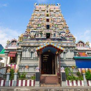 """SC.Victoria.Tempel Der mit bunten Figuren gezierte Hindu Tempel """"Arul Mihu Navasakthi Vinayagar"""" in Victoria, Seychellen"""