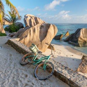 SC.La_Digue_Fahrrad Parkendes Fahrrad im wunderschönen Sandstrand von La Digue, Seychellen