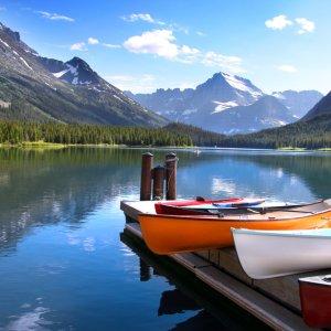 Bunte Kanus auf Holzsteg am MC Donald See im Glacier Nationalpark, Kanada