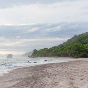 CR.Mal_Pais_Sandstrand Der Blick über den weißen Sandstrand und Wolken bedecktem Himmel.
