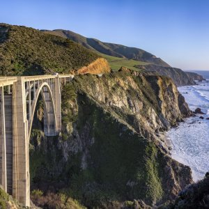 Der Highway über Bixy Bridge an der Steilküste bei Big Sur, USA