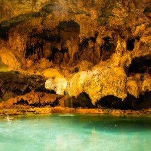 """CA.Banff_Nationalpark_Hot_Springs Gestein-Höhle mit dem kristallklaren Wasser der """"Banff Upper Hot Springs"""""""