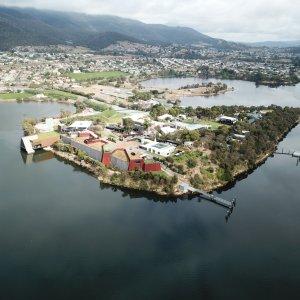 AU.Hobart_MONA_Museum Der Blick von oben auf die Halbinsel Berriedale und das MONA Museum.