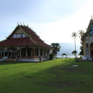 LA.Champasak_Tempel Der Blick auf einen Tempel am Flussufer in der Nähe der Stadt Champasak, Laos.