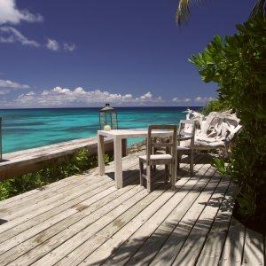 """SC.North_Island_Resort Holzterrasse des Ferienclub """"North Island Lodge"""" mit Blick auf den kristallklaren Ozean auf der Insel  Insel North Island, Seychellen"""