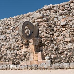 MX.Uxmal_Ballspielplatz_Ballspielring Der steinerne Ballspielring an der Seite einer Mauer in Uxmal