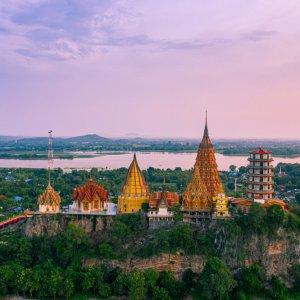 TH.AR.Kanchanaburi Wat Tham Sua Tempel Der Wat Tham Sua Tempel bei Sonnenuntergang