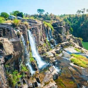 VN.Dalat_Pangour_Waterfall Der Blick von der Seite auf Wasserfälle.
