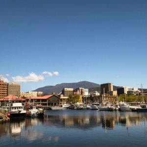 AU.Hobart_Derwent_River Der Blick auf den Derwent River und die Waterfront von Hobart.