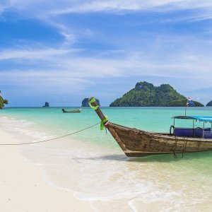 TH.AR.Koh Phangan Boot Ein traditionelles Longtail Boot am Strand