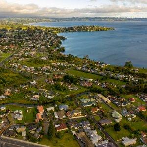 NZ.Rotorua Der Blick von oben auf die Stadt Rotorua.