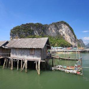 """Das auf Stelzen gebaute Fischerdorf """"Koh Panyee"""" in der Bucht von Phang Nga in Thailand"""