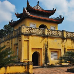 VN.Zitadelle_Thang_Long_Haupttor Gelbes Gebäude auf dem Haupttor der Zitadelle Thang Long