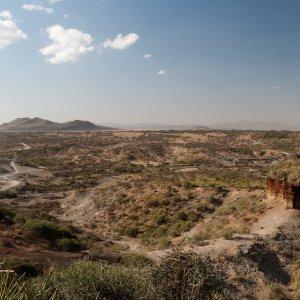 TZ.Olduvai-Schlucht Der Blick über die braungrüne Olduvai-Schlucht in Tansania