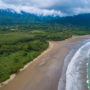 CR.Uvita Der Blick auf den Strand von Uvita im Marino Ballena Nationalpark in Costa Rica.