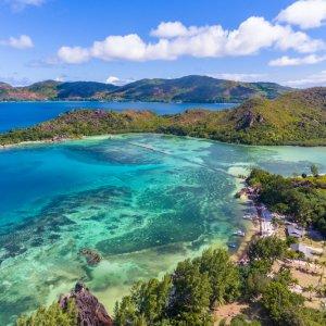 SC.Curieuse_Island_Ausflugsziel Der Blick von der Küste von Prasilin auf die grüne Insel Curieuse.